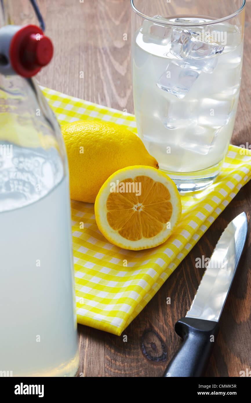Todavía la vida foto de anticuado o casera tradicional todavía limonada con limones cortados y servilleta Imagen De Stock