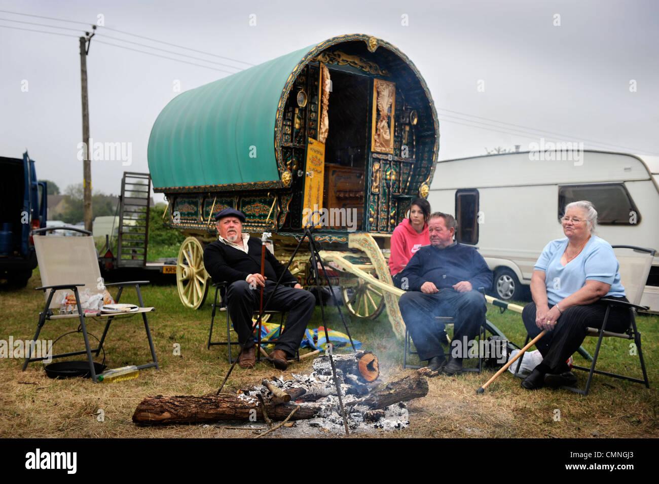 Un viaje con su familia en una caravana o en caballos decorativos Gypsy Wagon en el Stow-on-the-Wold feria del caballo Foto de stock