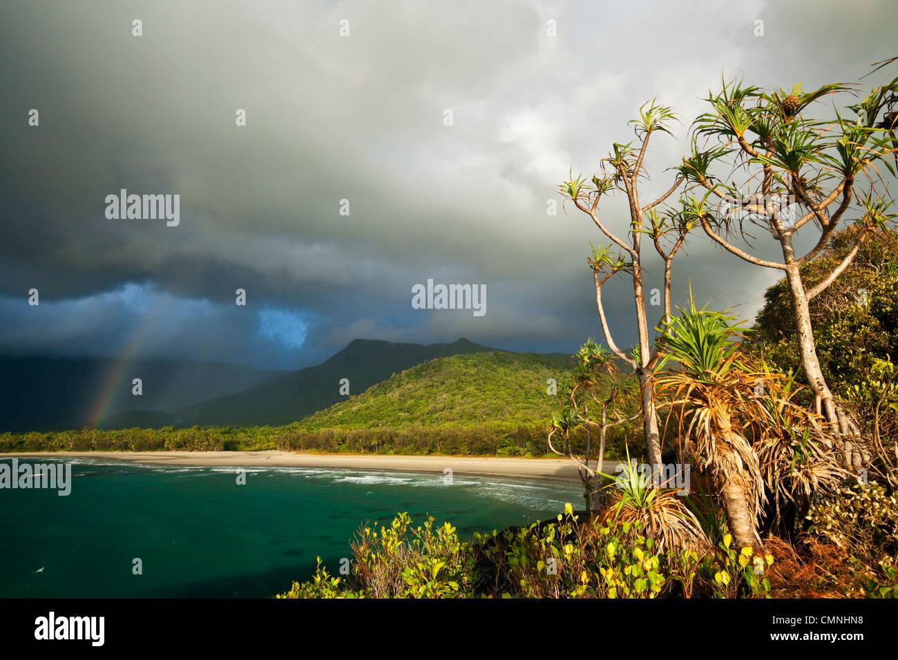 Vista de la playa Myall durante la tormenta de lluvia por la mañana. Cape Tribulation, Parque Nacional Daintree, Queensland, Australia Foto de stock
