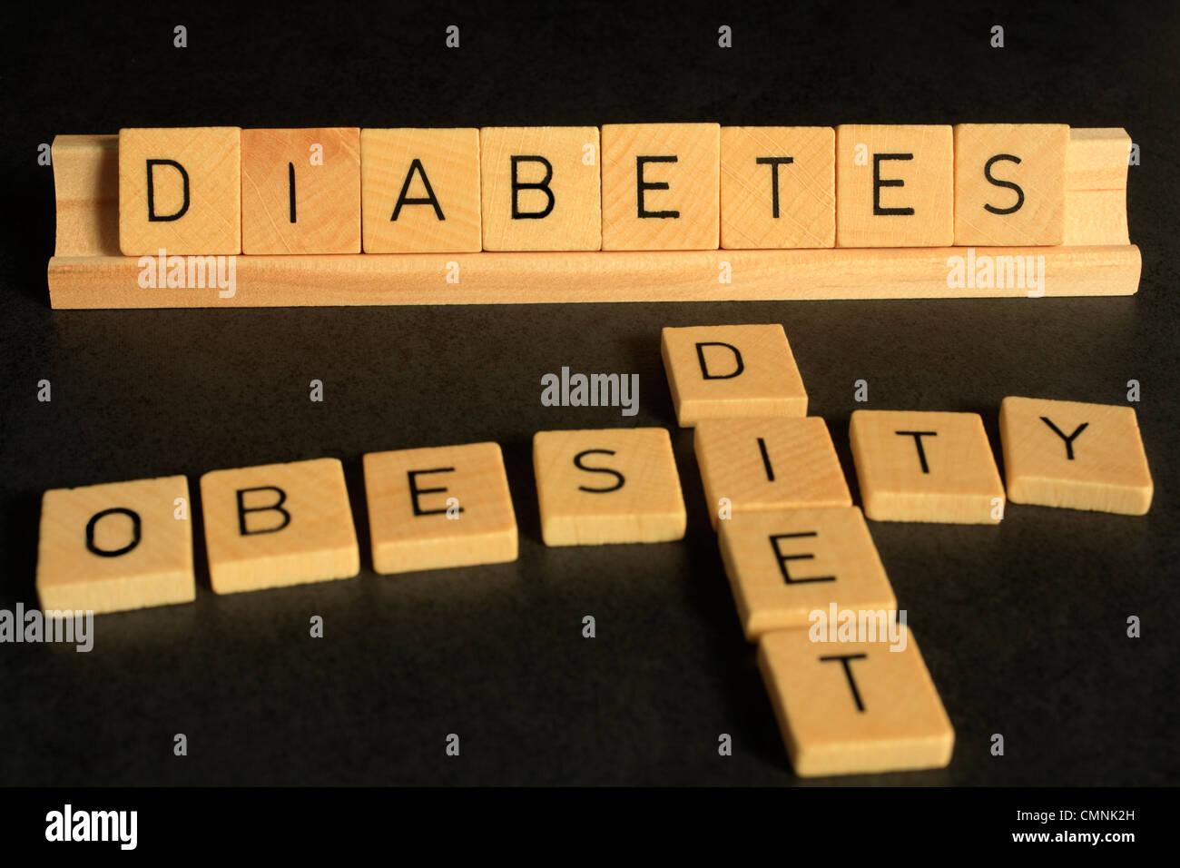 Un aspecto conceptual en diabetes, scrabble letras deletrear las palabras de diabetes, obesidad y dieta. Imagen De Stock