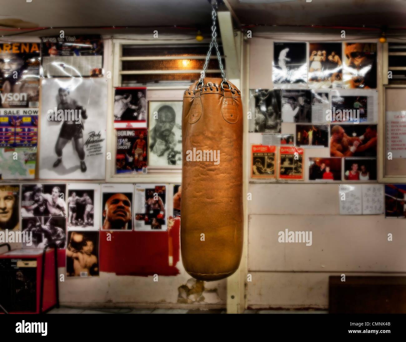 Punchbag en Londres vacío gimnasio de boxeo. Imagen De Stock