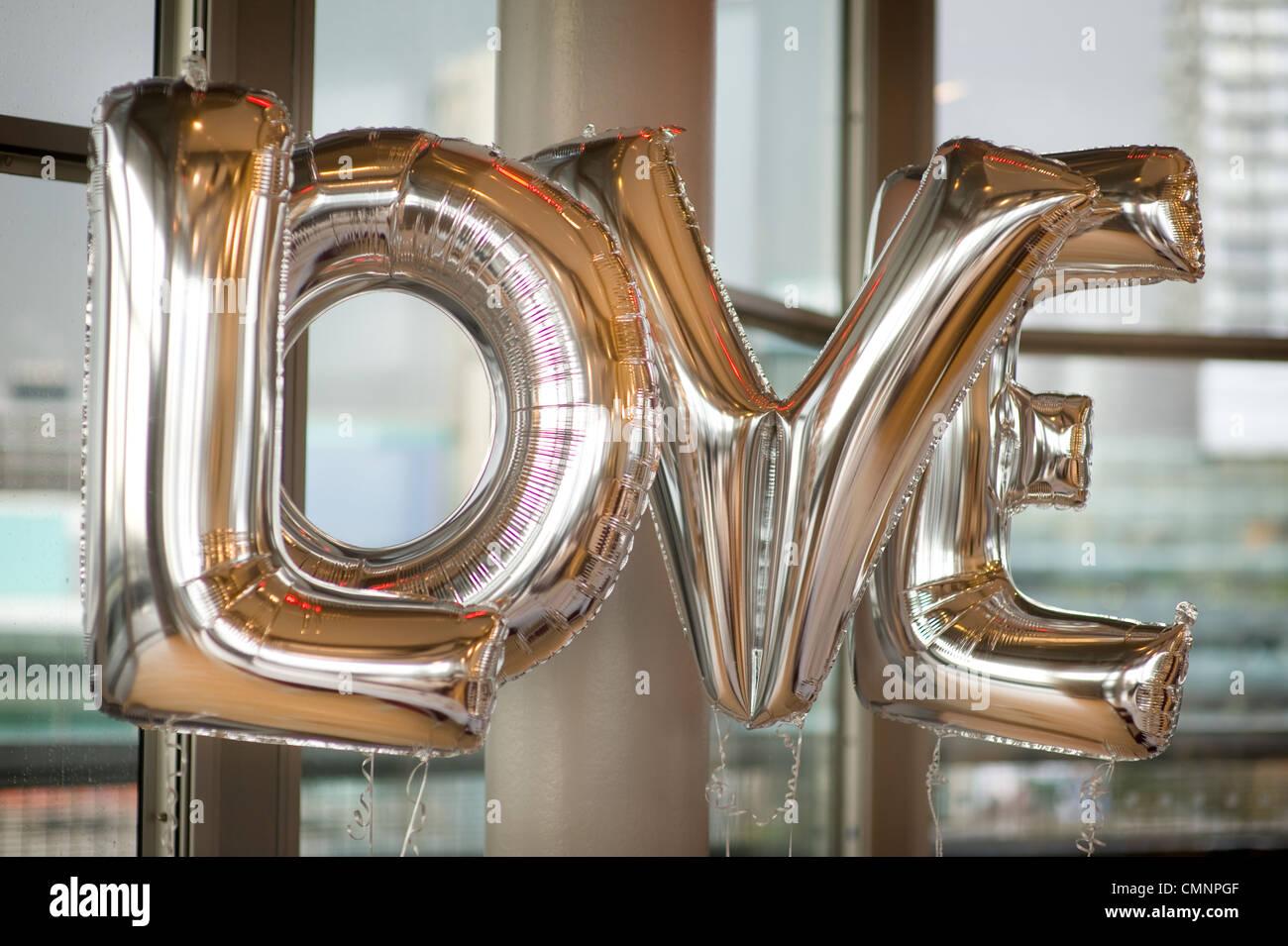 Cuatro globos la ortografía de la palabra amor Imagen De Stock