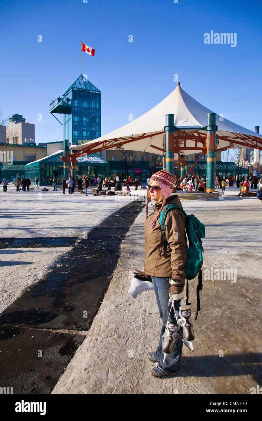 Mujer sosteniendo patines para hielo, las horquillas, Winnipeg, Manitoba Foto de stock