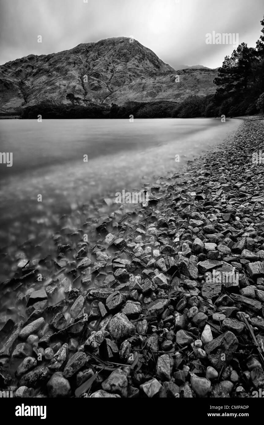 Kylemore lough lago Connemara Galway Irlanda ultra larga exposición en blanco y negro B+W Imagen De Stock