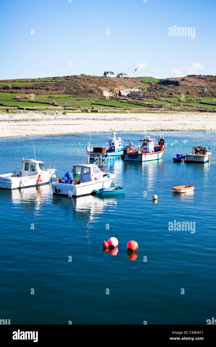 Barcos de colores brillantes bob en las profundas aguas azules del puerto Goury en Normandía, Francia Imagen De Stock