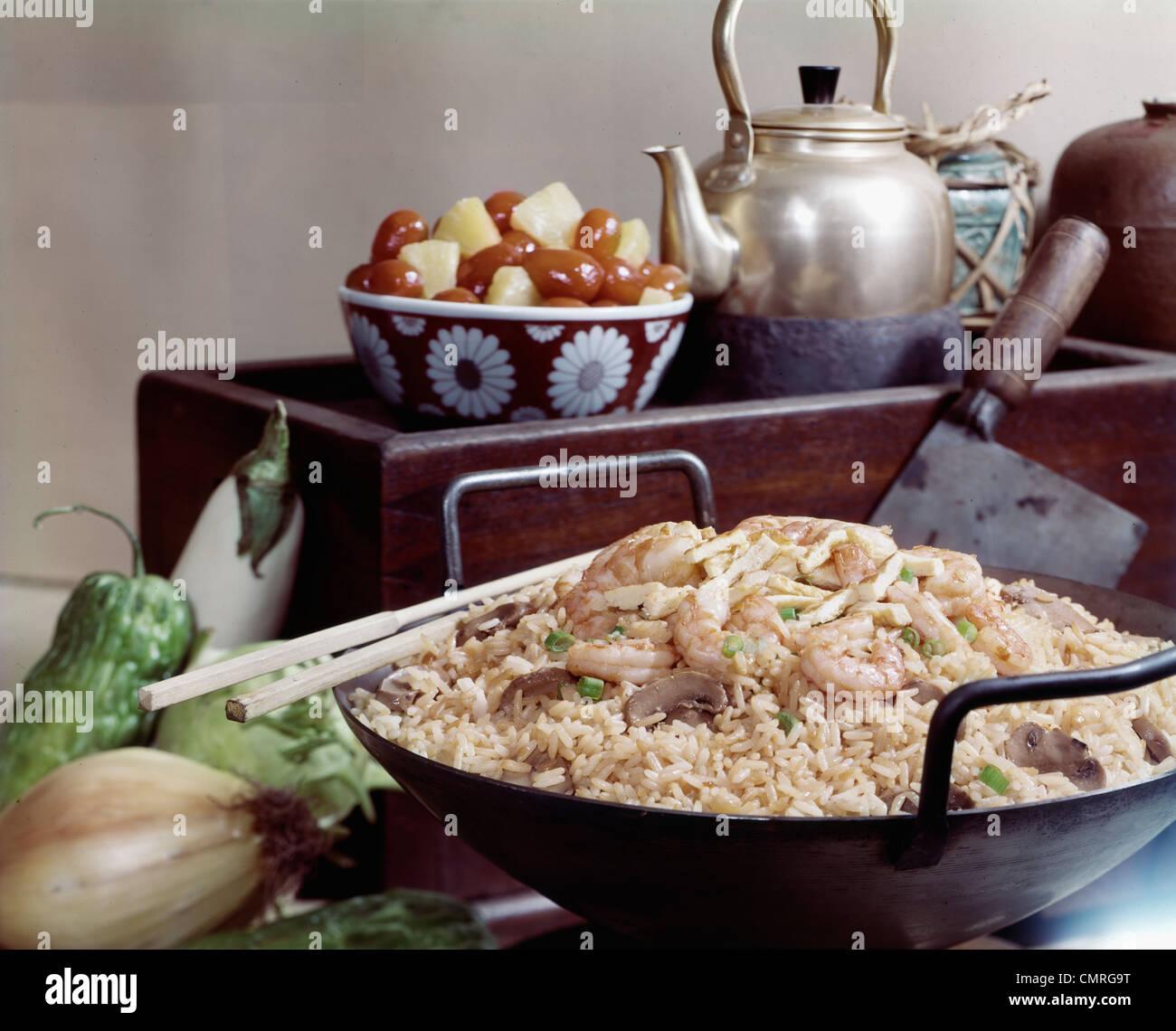 1970 Comida china arroz camarones en wok palillos tetera de frutas BODEGÓN Imagen De Stock