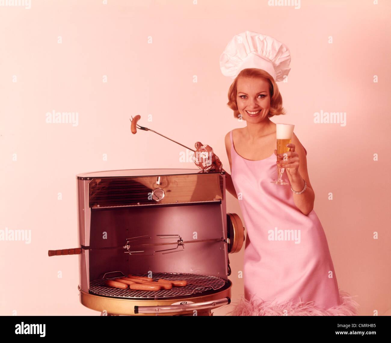 1960 rubia sonriente mujer vistiendo el vestido de fiesta rosa y ...