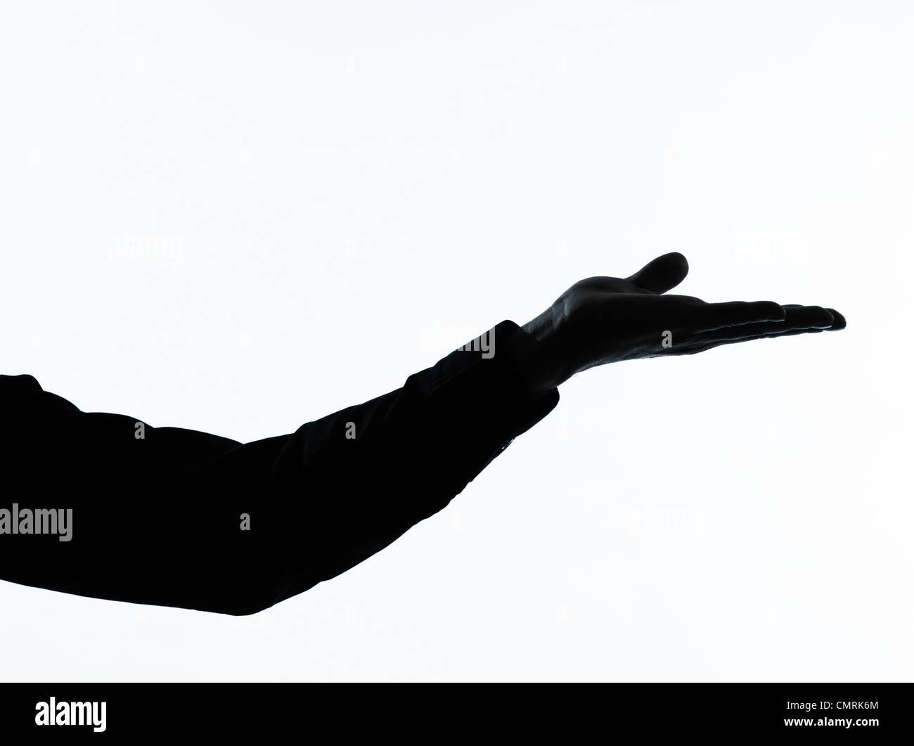 Un hombre caucásico mano vacía abrir retrato silueta en studio aislado sobre fondo blanco. Imagen De Stock