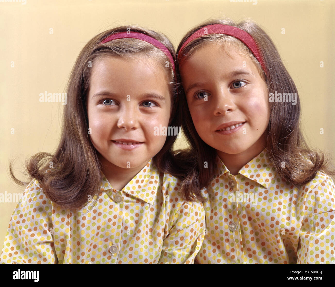 1970 1970 gemelos hermanas sonrisa Polka Dot Imagen De Stock