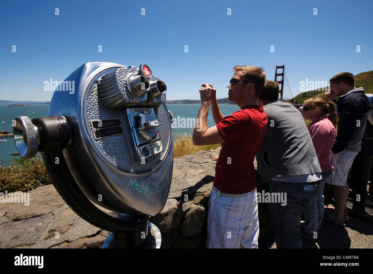 Turistas y telescopio Golden Gate Bridge de Marin County California Pacific Coast Highway costa Surf Mar NorCal Foto de stock