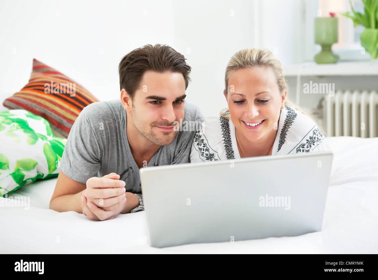 El hombre y la mujer por ordenador Foto de stock