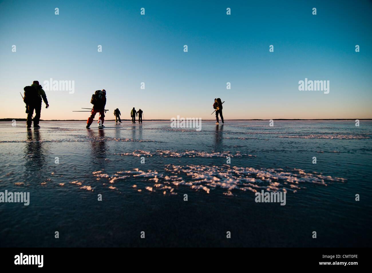 Grupo medio de personas patinando Imagen De Stock