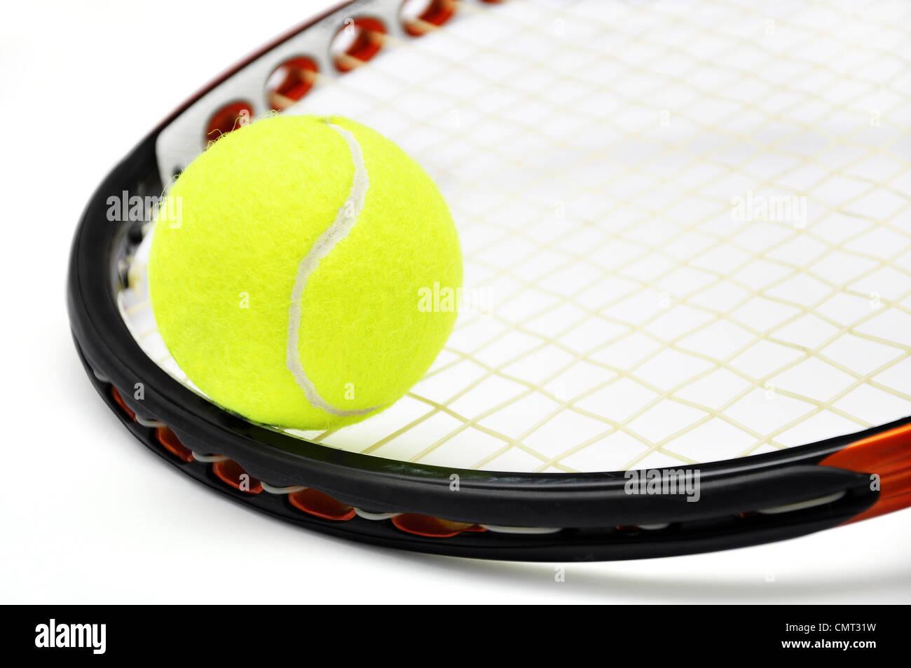 Raqueta de tenis y la bola closeup sobre blanco Foto de stock