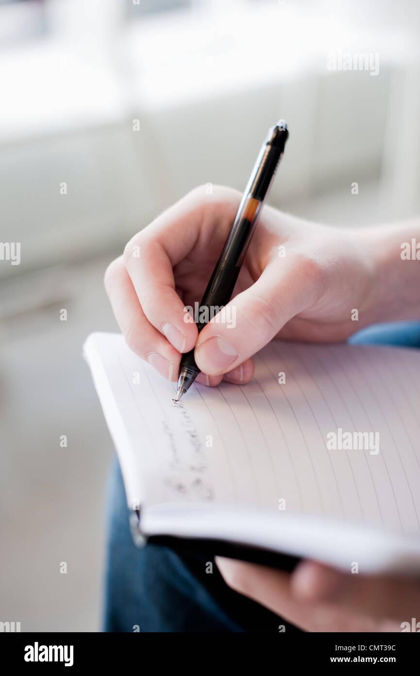 Imagen recortada de mano humana sosteniendo pen Imagen De Stock