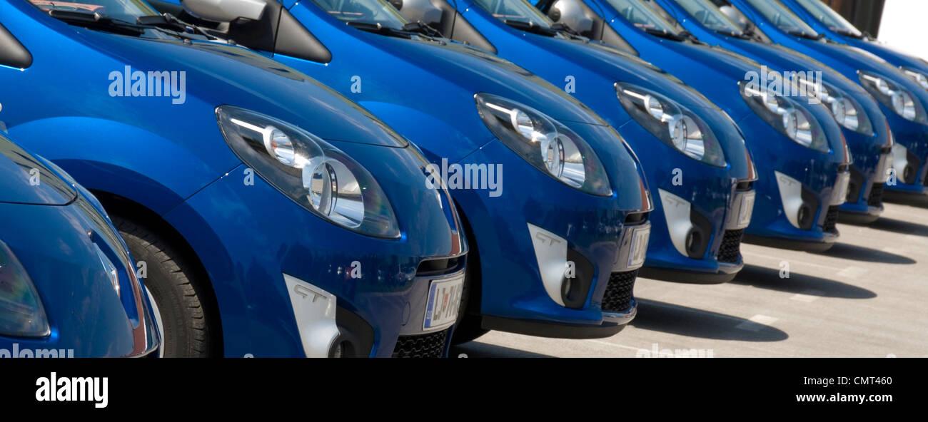 Coche - Fila de nuevos coches de Renault Foto de stock