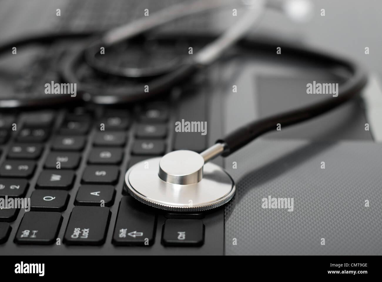 Estetoscopio en un teclado de ordenador. Imagen De Stock