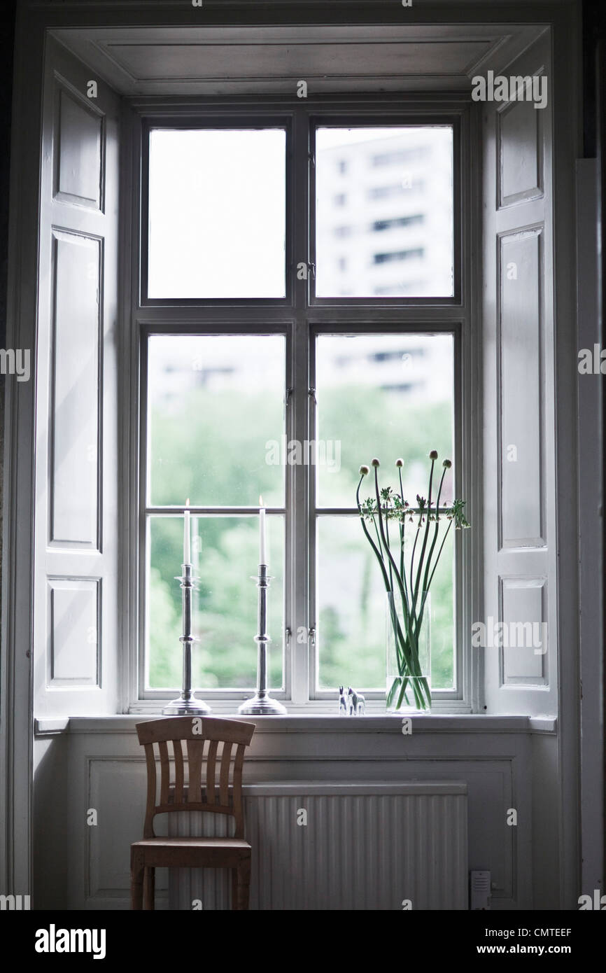 Silla de pie por la ventana Imagen De Stock