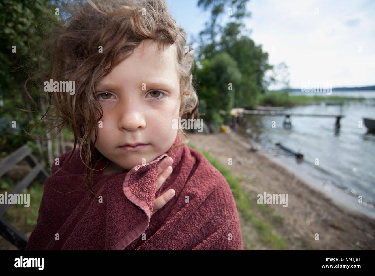 Niño (6-7) envuelto en toalla Imagen De Stock