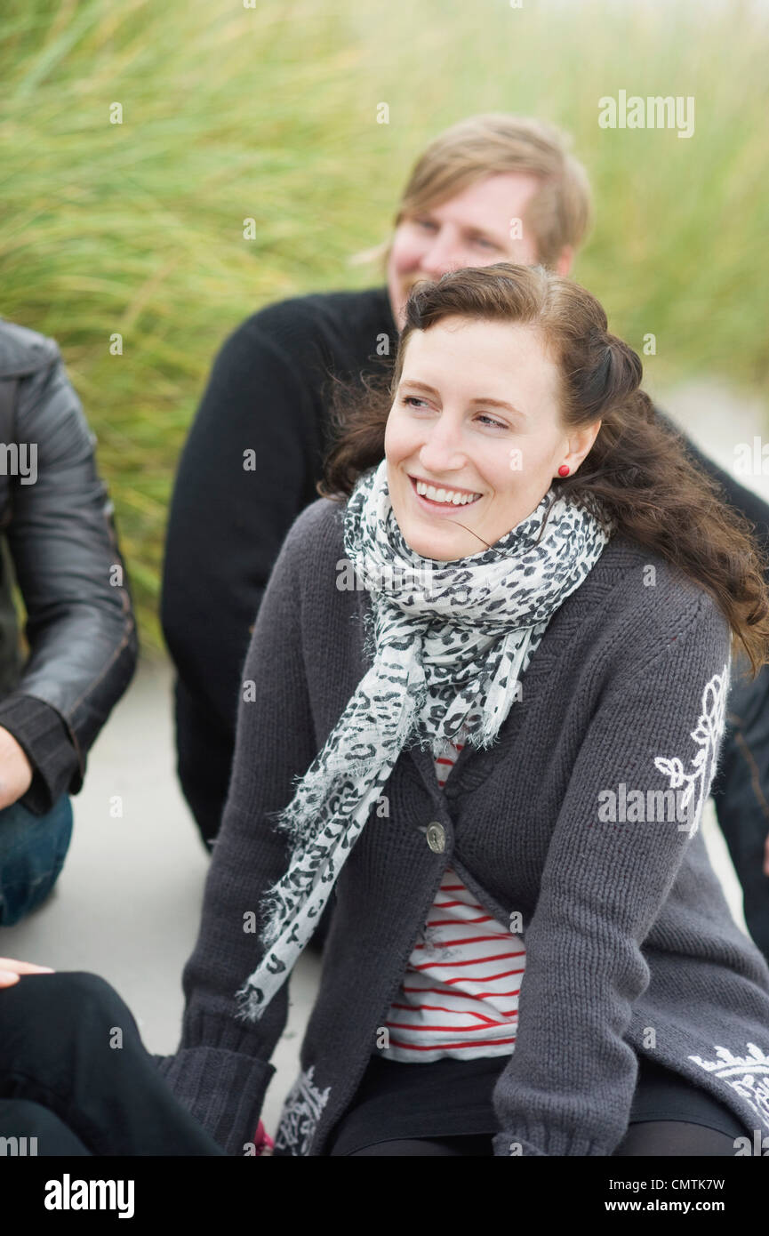 Sonriendo a mediados mujer adulta con amigos de vacaciones Imagen De Stock