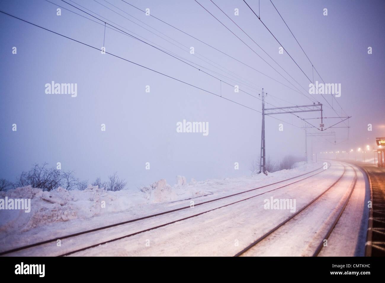 Llena de nieve vía férrea una noche de frío invierno Imagen De Stock