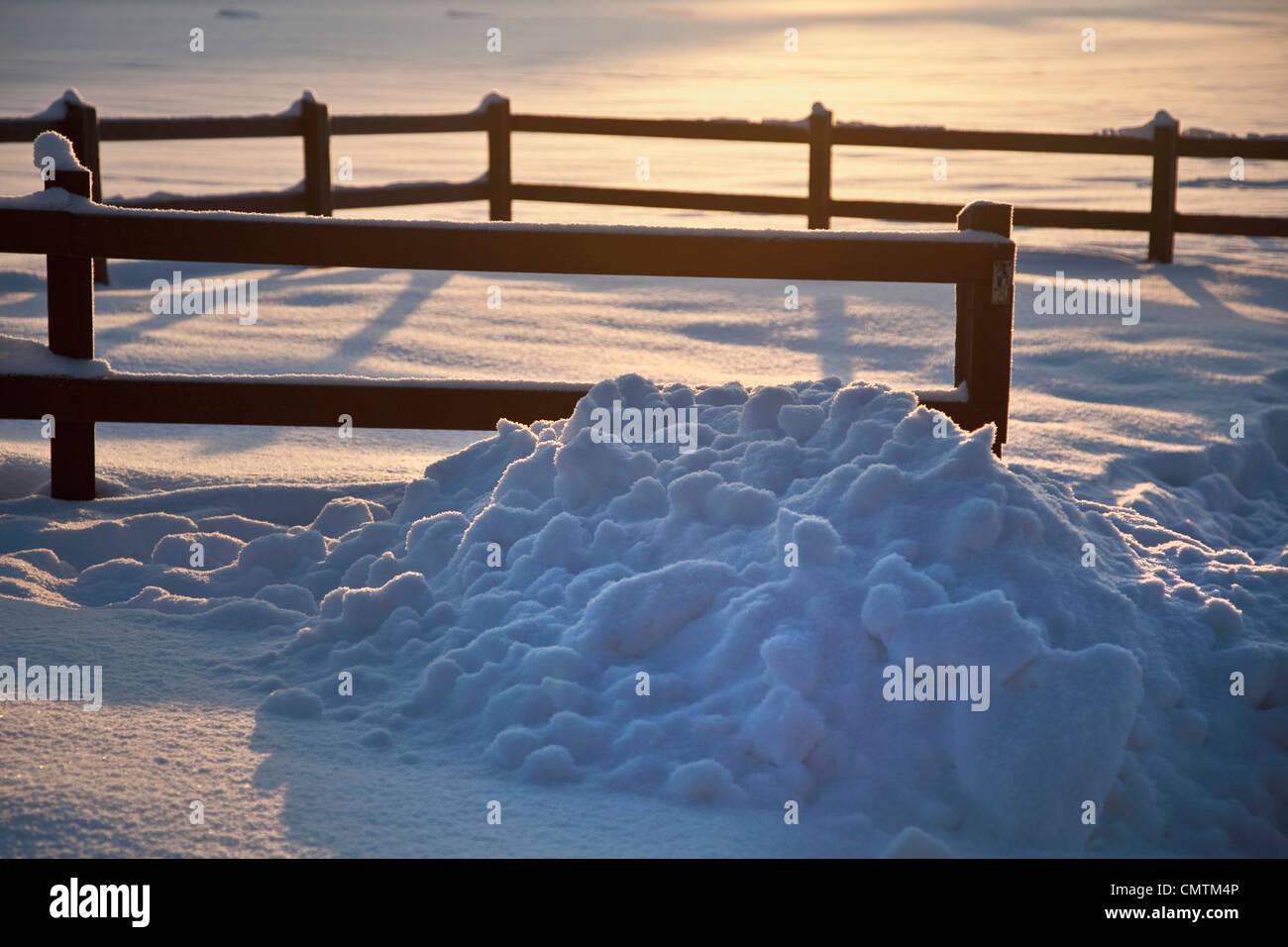Montón de nieve cerca de la valla Foto de stock