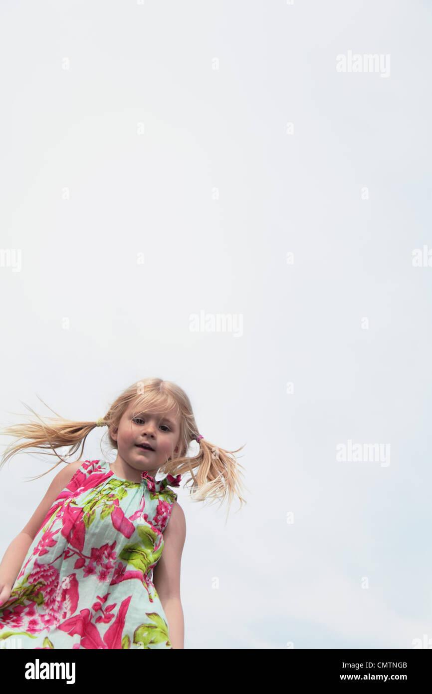 Chica (4-5) con vestidos floreados Imagen De Stock