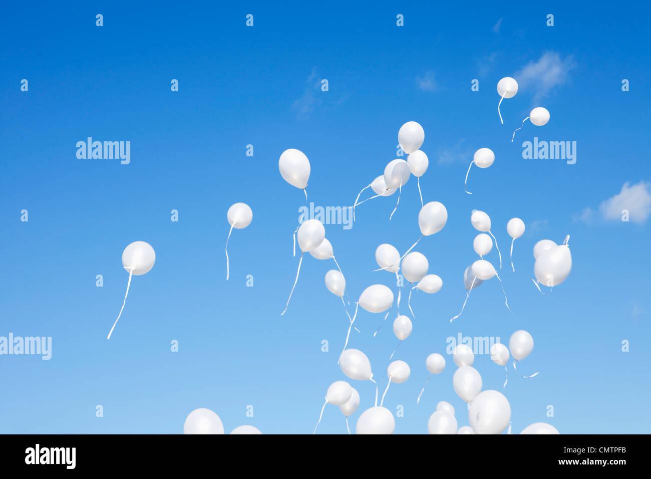 Globos blancos que cubren el cielo Imagen De Stock