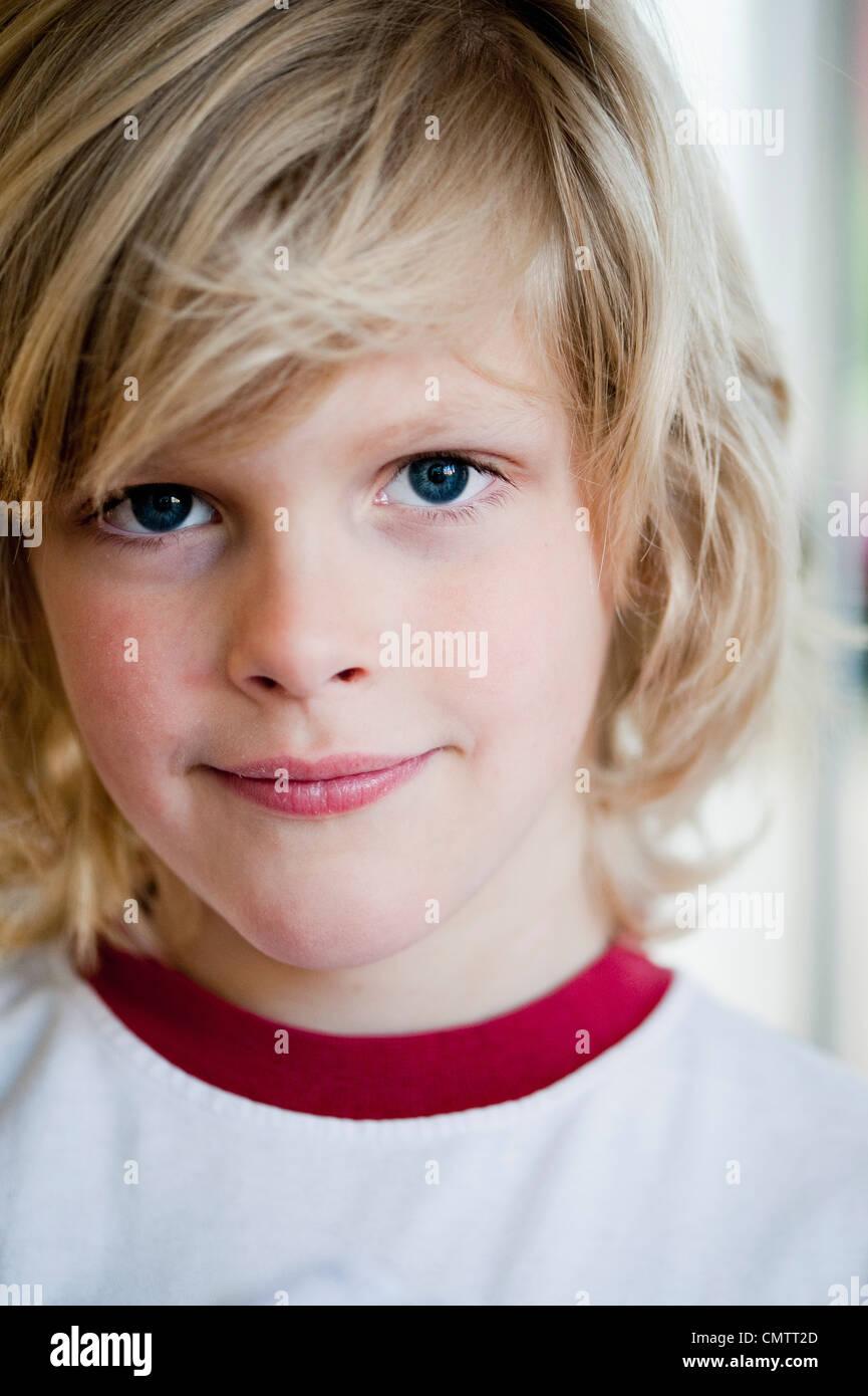 Chico sonriente (4-5) mirando a la cámara Imagen De Stock