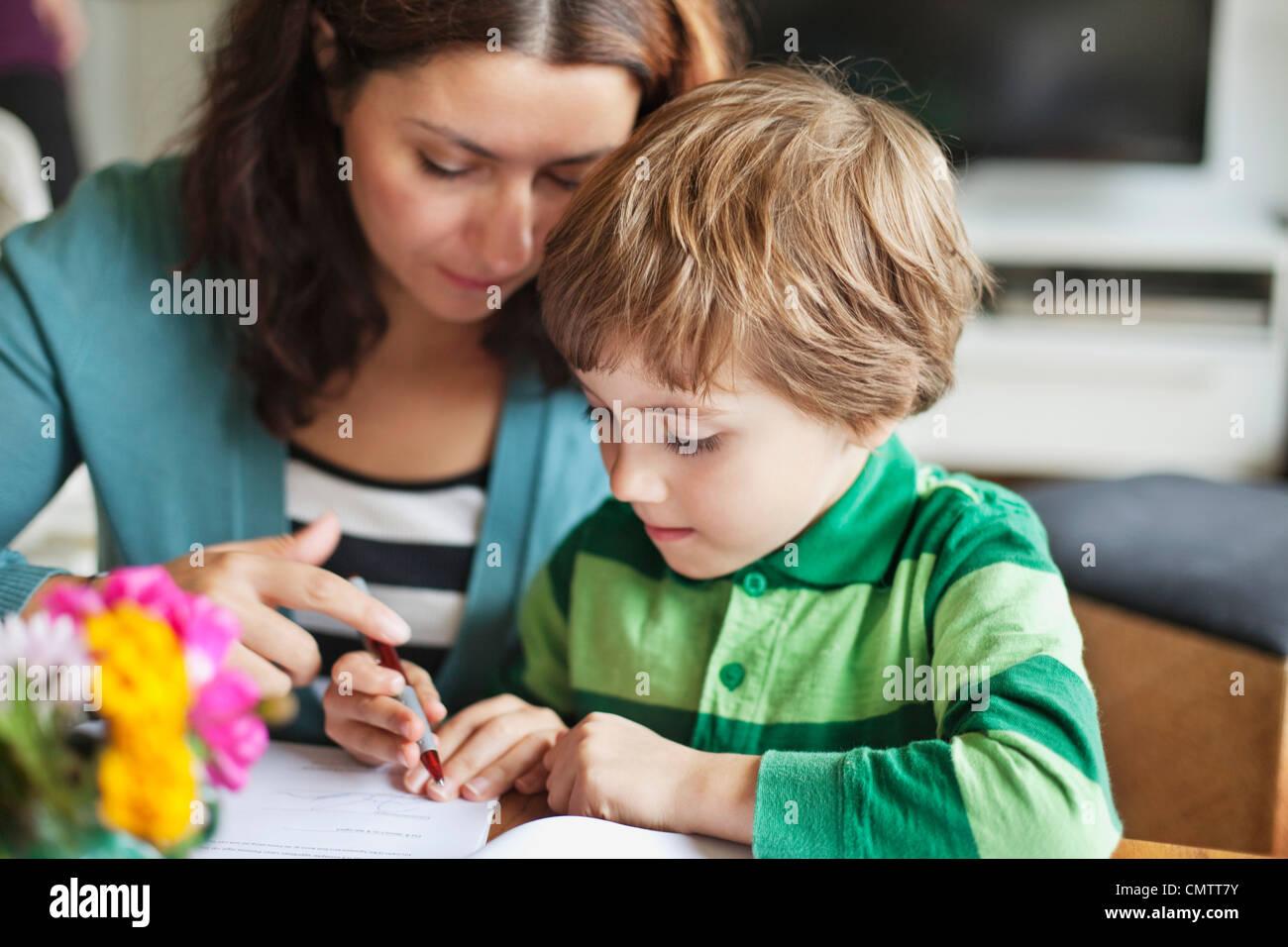 Madre e hijo (6-7) el dibujo Imagen De Stock