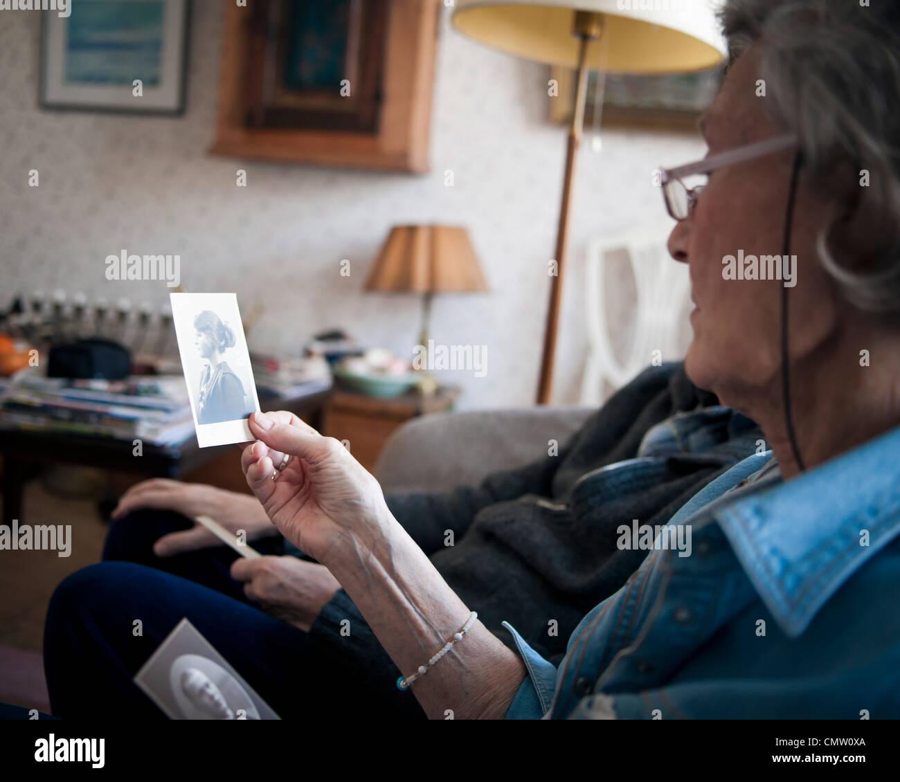 Pareja de ancianos mirando la foto Imagen De Stock