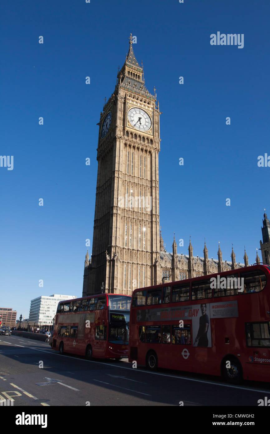 Big Ben con autobuses rojos de Londres, Londres, Inglaterra, Reino Unido. Imagen De Stock