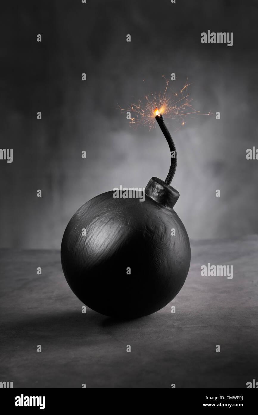 Un estilo de dibujos animados de bomba con encendió el fusible. Imagen De Stock