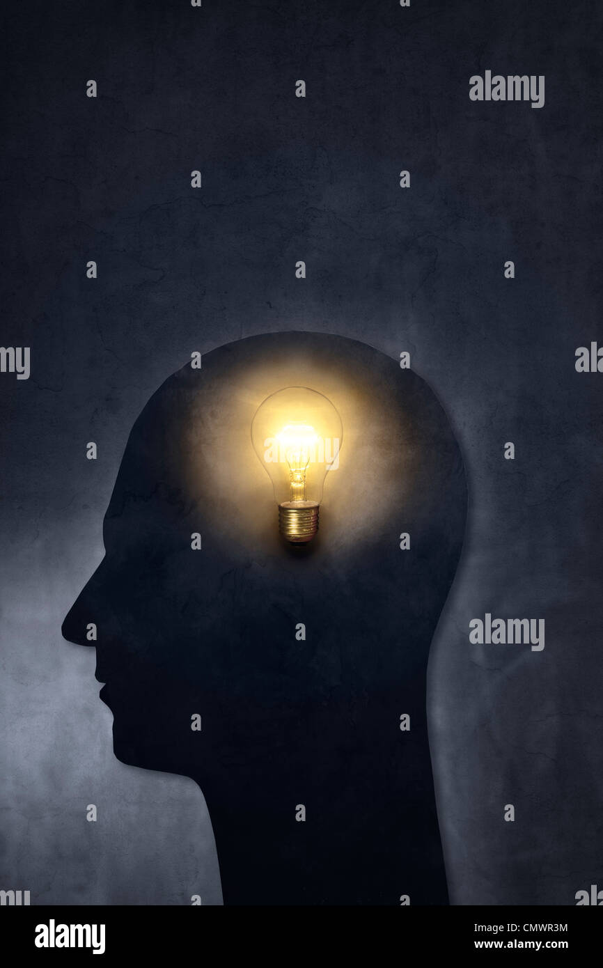 Silueta artística de una cabeza con una lámpara. Imagen De Stock