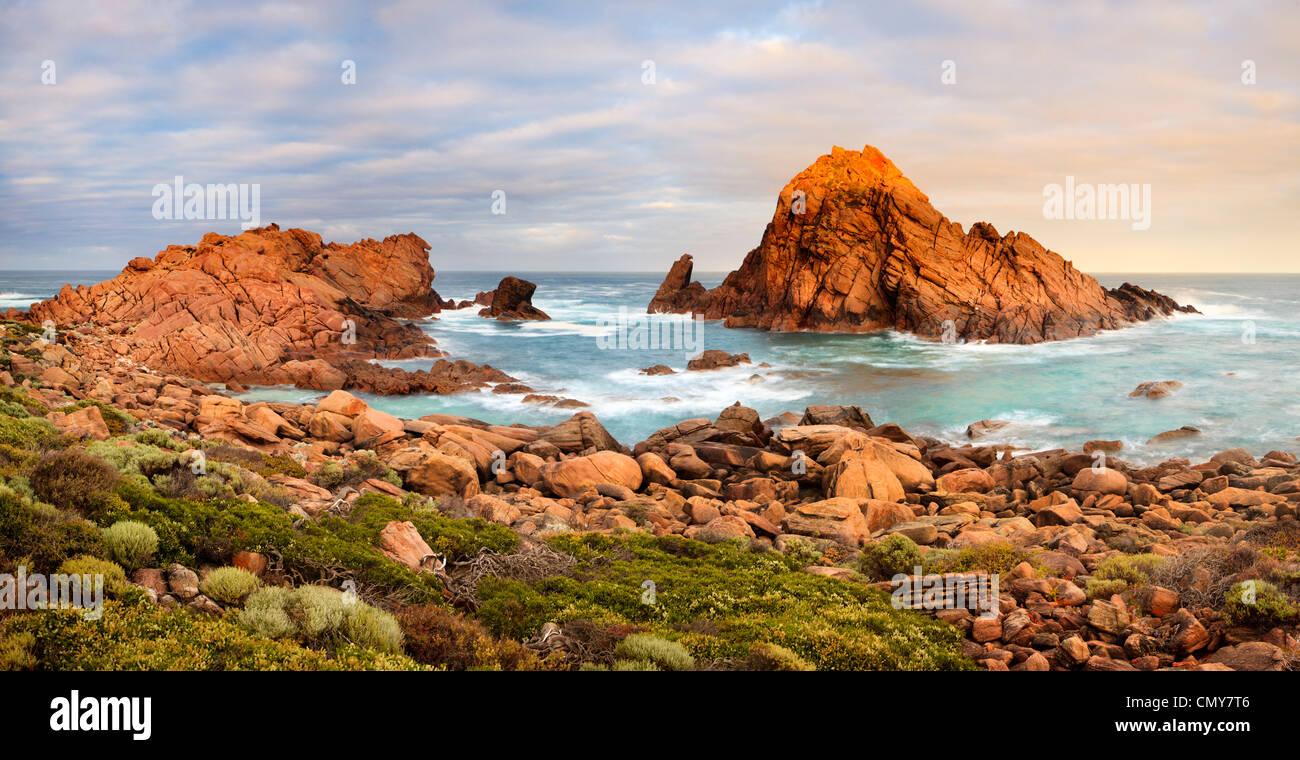 Amanecer en Sugarloaf Rock en Cape Naturaliste Leeuwin-Naturaliste en el Parque Nacional. Cerca de Dunsborough, Imagen De Stock