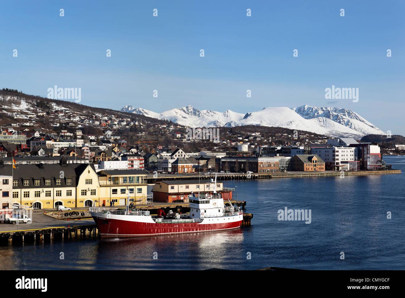 Noruega, en el condado de Troms, Harstad, arrastrero en el puerto Foto de stock