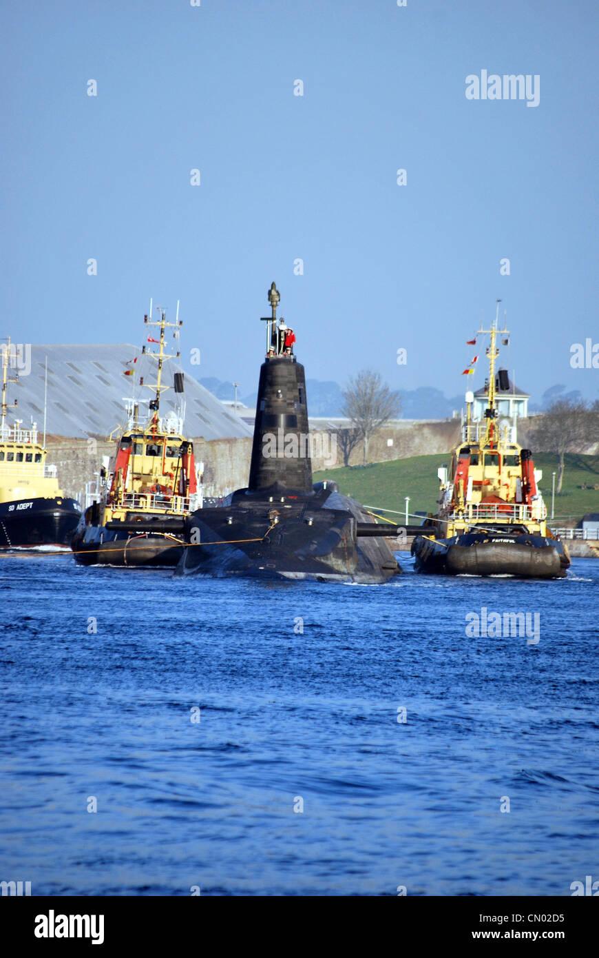 Submarino HMS Vigilante sale Plymouth para las pruebas de mar en la luz del sol y el cielo azul después de Imagen De Stock