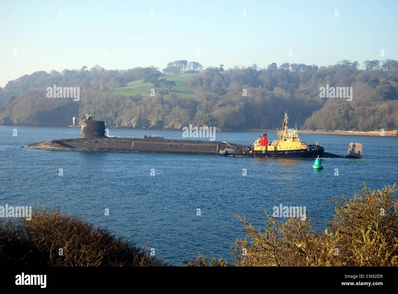 HMS Vigilante sale desde la Base Naval de Devonport en Devon en las pruebas de mar después de 3 años de Imagen De Stock