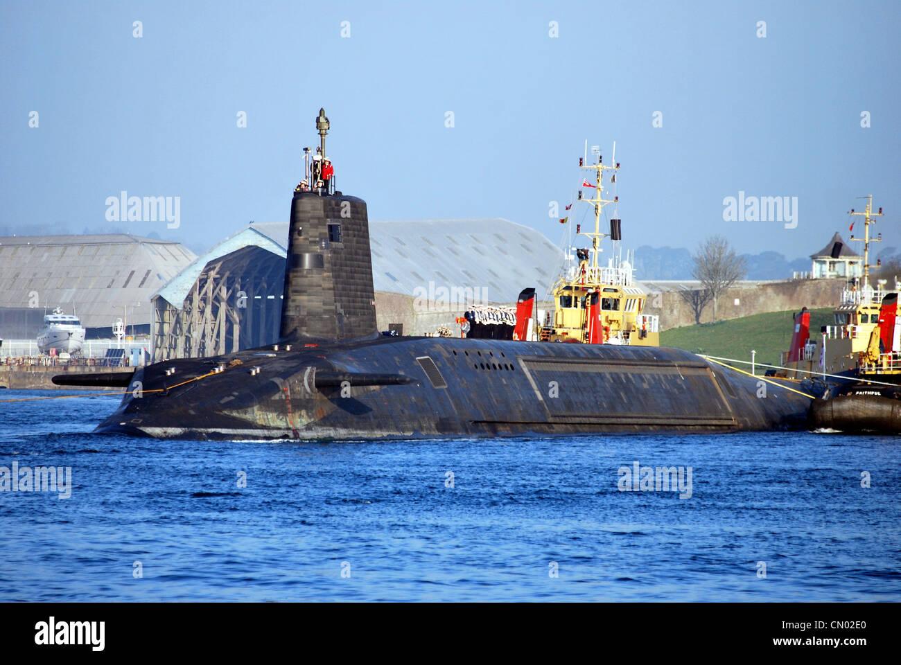 El submarino HMS vigilante de la Royal Navy zarpa de Devonport en Plymouth para senderos del mar después de Imagen De Stock