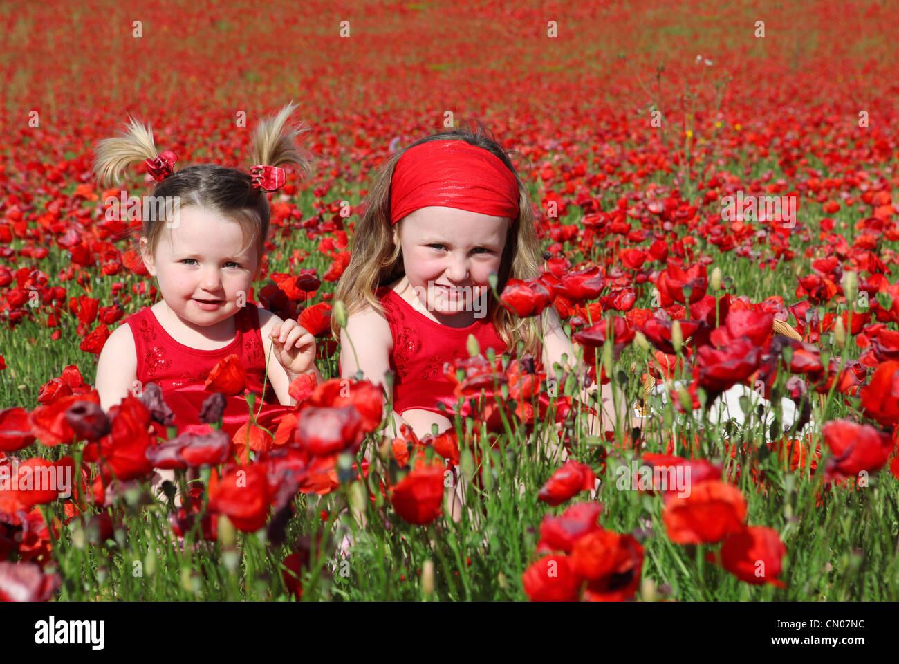 Happys Verano niñas en pradera Imagen De Stock