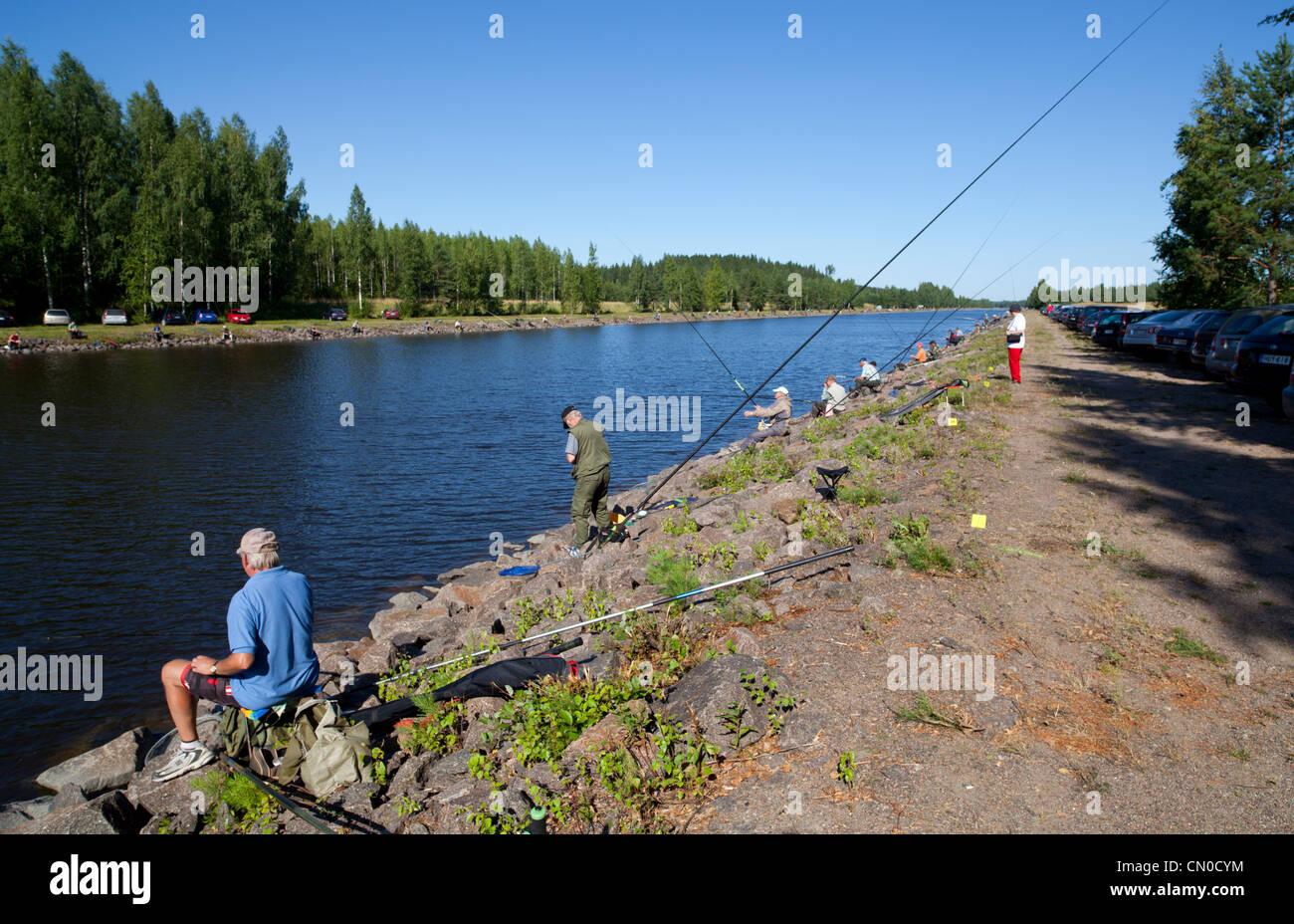 Campeonatos nacionales finlandeses de pesca 2011 en Kansola Saimaa Canal. Serie de veteranos (60+). , Finlandia Imagen De Stock