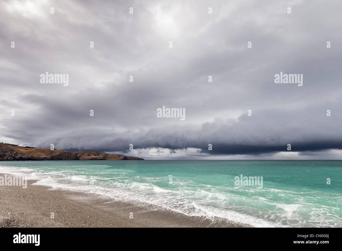 La playa de guijarros en Birdlings Planas, en la Península de Banks, Canterbury, Nueva Zelanda, con un frente Imagen De Stock