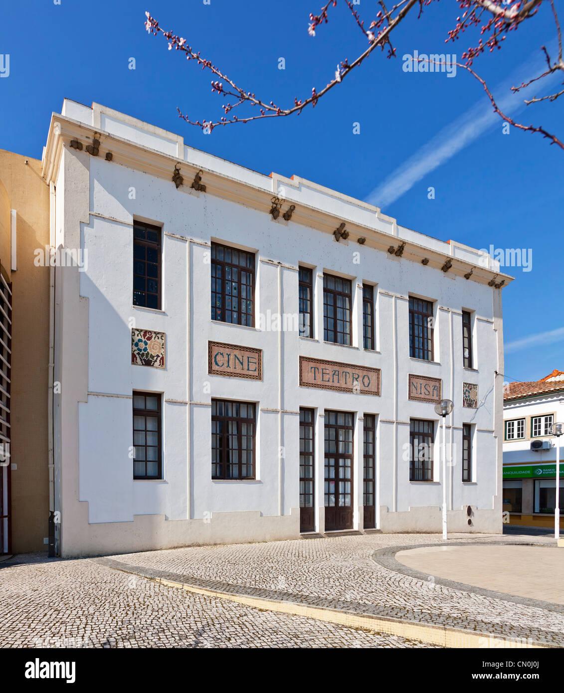 El Cine-Teatro (cine y teatro) de Nisa. Nisa, Portugal. Imagen De Stock