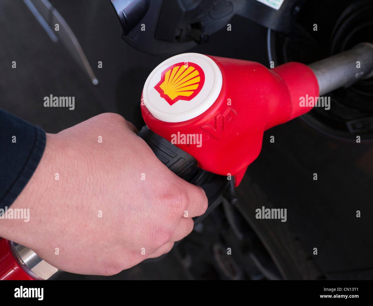 Detalle de la bomba de combustible en la gasolinera de Shell Imagen De Stock