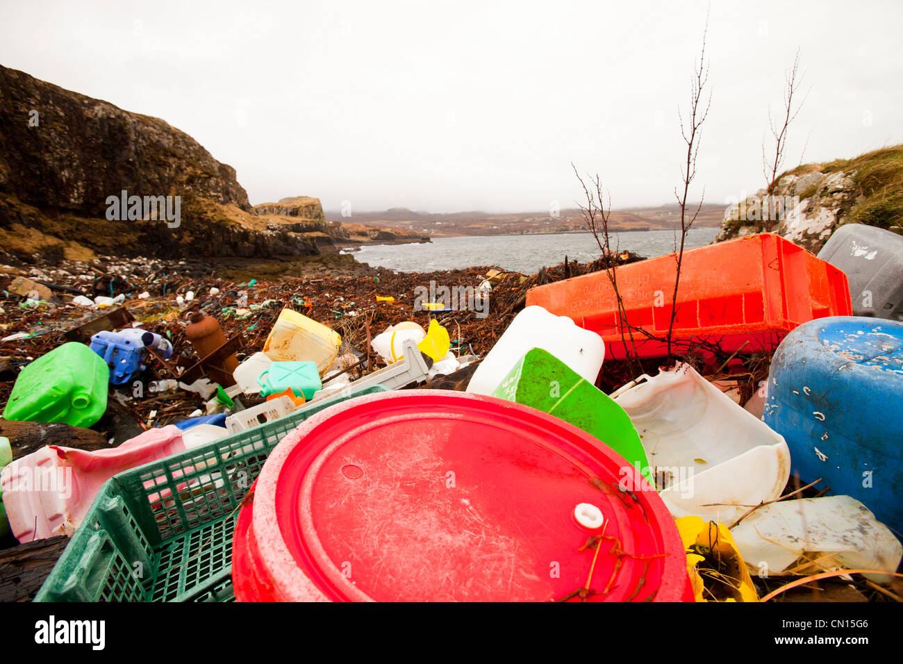 Desechos de plástico arrastrado en Ardtreck Bay en la Isla de Skye, Escocia, Reino Unido. Foto de stock