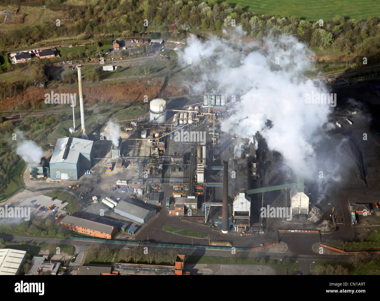 Vista aérea de la contaminación en fábrica Imagen De Stock