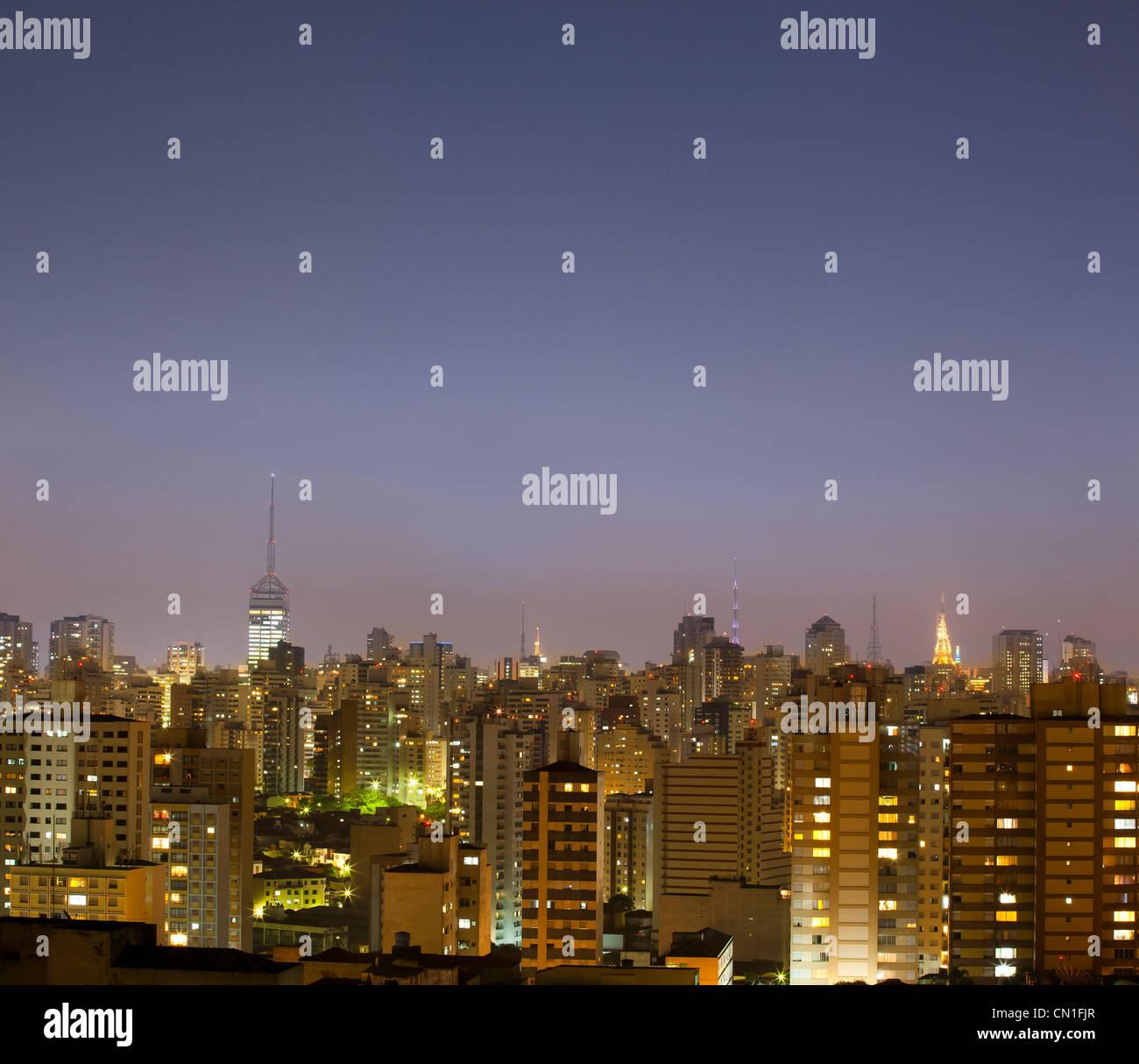 Al anochecer, el paisaje urbano de Sao Paulo, Brasil. Imagen De Stock