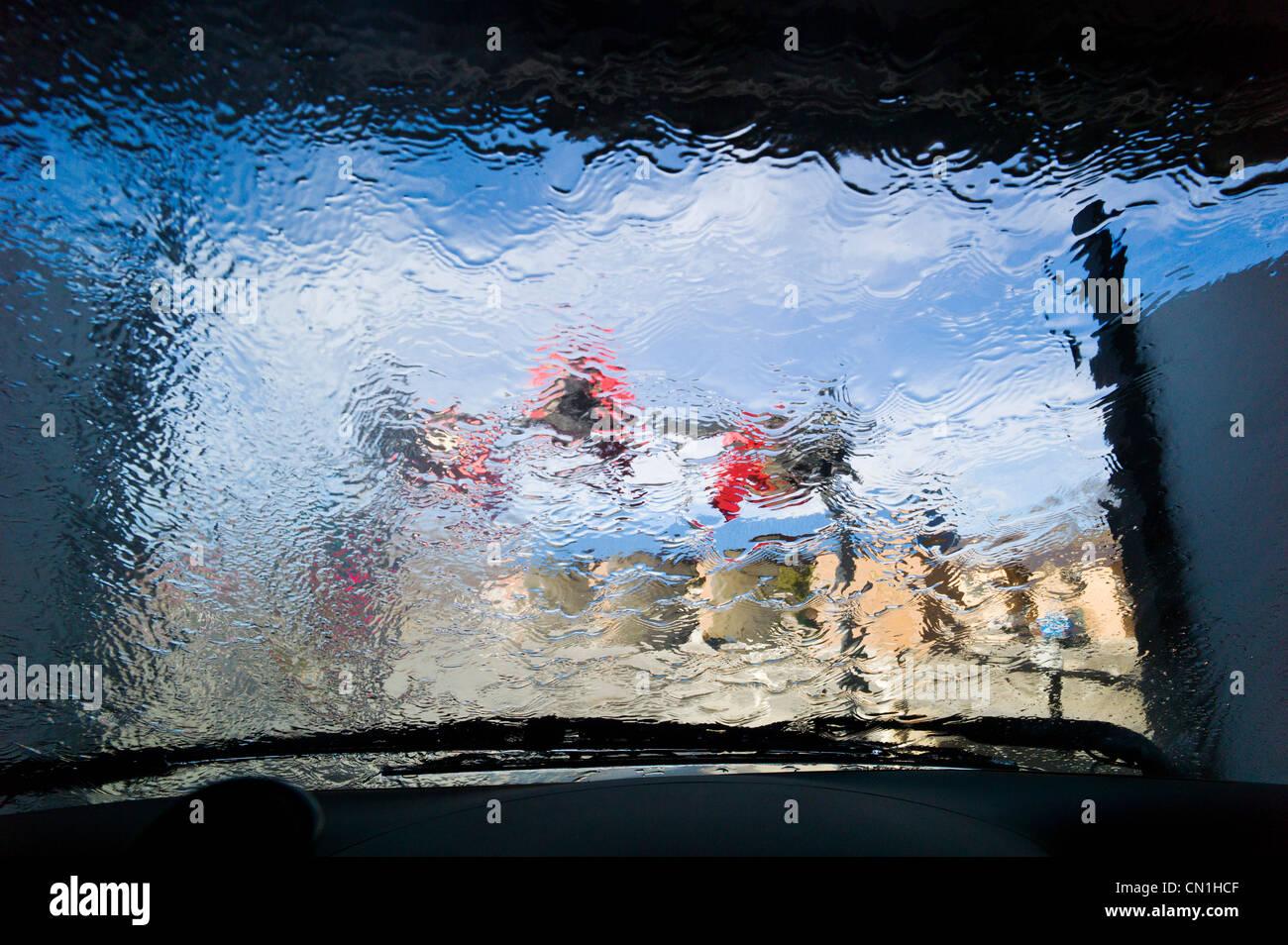 Ver a través del parabrisas de un automóvil en un lavado automático. Imagen De Stock