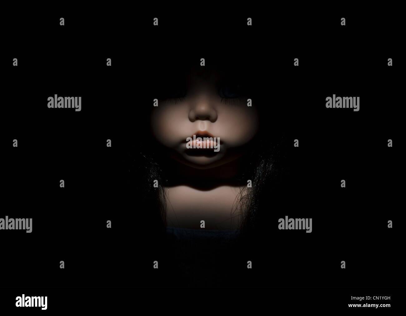Cara de muñeca en la oscuridad, cerrar Imagen De Stock