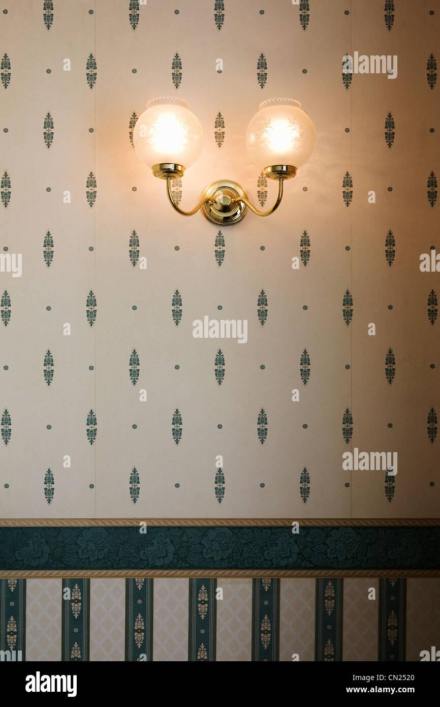 Lámpara de pared contra empapelado Imagen De Stock