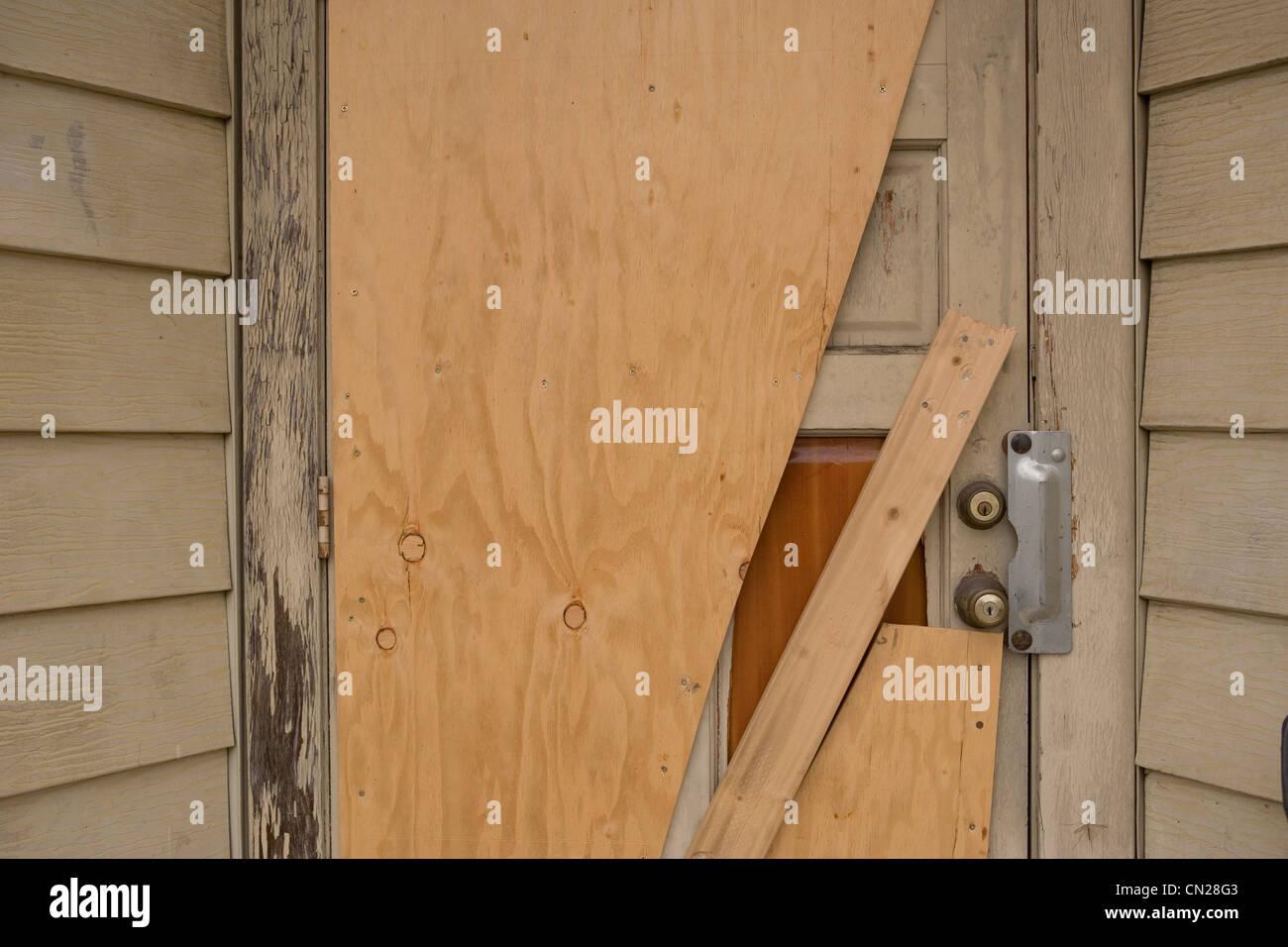 Edificio abandonado, cerca de la puerta Foto de stock